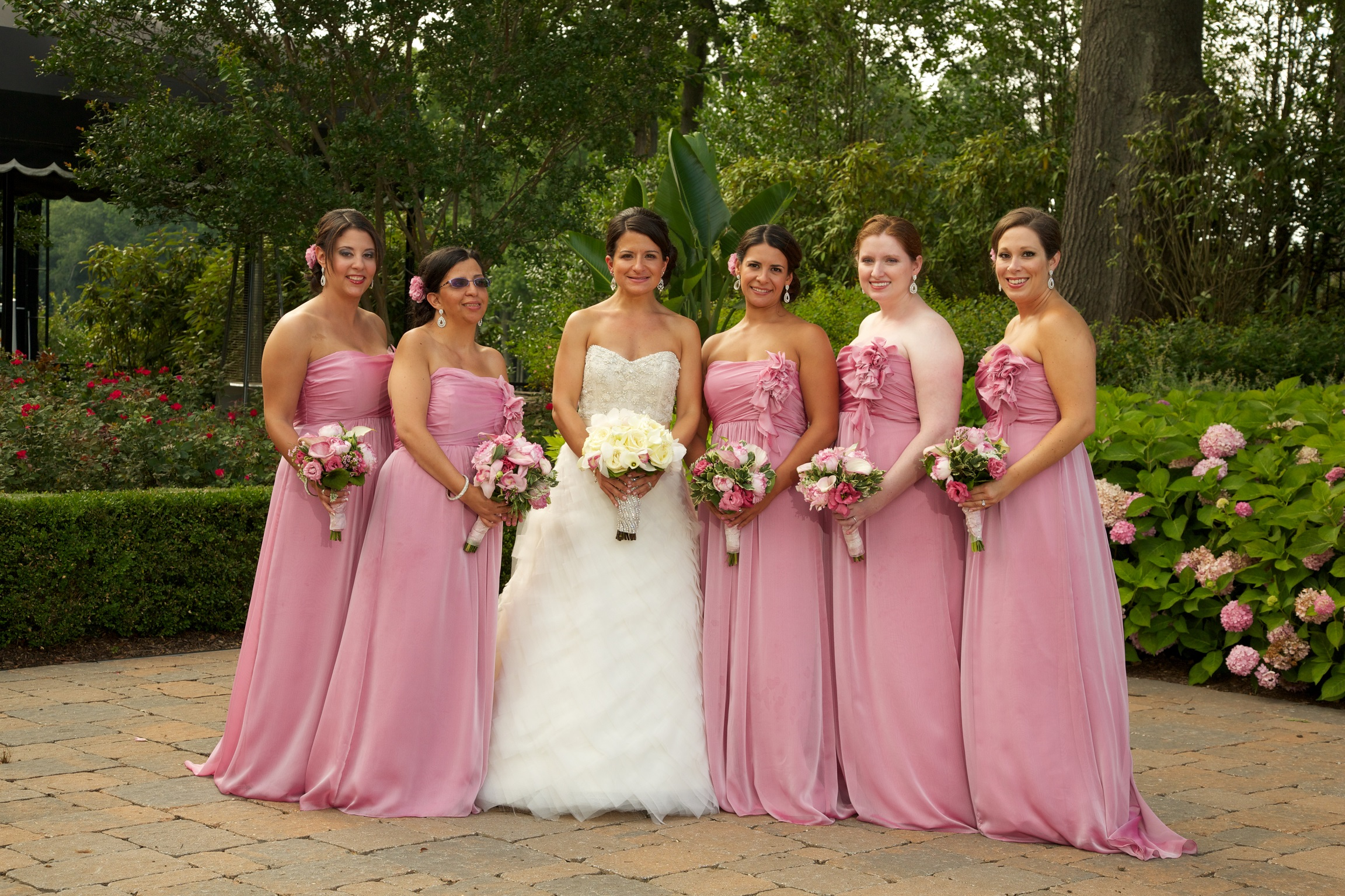Brides with an odd number of bridesmaids, pose ideas